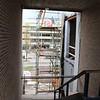 Het middelste trapgat. Dit trapgat wordt ook verlengd waardoor het raam in aanbouw rechts straks een binnenraam wordt.