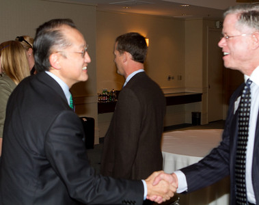 DAASV President James von Rittmann '95 shaking hands with President Jim Yong Kim 82a at a private reception with the DAASV Board of Directors.