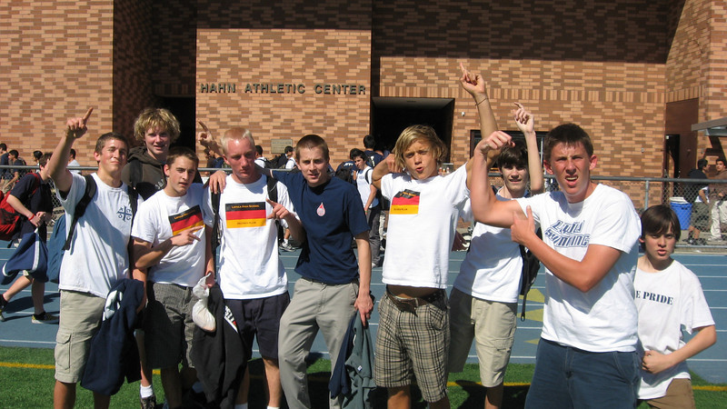 """Am Mittwoch, den 27.2.08, hat der LHS Deutsch Klub gegen den Latino Alumni Society im Fussball gespielt. Das war ein harter Kampf an einem heissen Tag und zum Schluss stand es 0-0 unentschieden. Einige Mitglieder sind auf dem Foto: rechts Brian """"Wolfgang"""" Ritter, James """"Joerg"""" Miller, Nick """"Volker"""" Ryan, Mike """"Johann"""" Holubowski, Ryan """"Franz"""" Cashen, Erik """"Felix"""" Stahlheber, Will """"Juergen"""" Pleskow, Philip """"Helmut"""" Erikksen, and Michael Bertsch. Auch beim Spiel aber nicht auf dem Foto: John """"Axel"""" Toy (VP des Klubs), Nigel """"Jens"""" Davies (Vorsitzender des Klubs).     Tolle Leistung, Jungs!"""