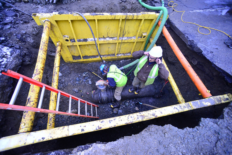 KRISTOPHER RADDER — BRATTLEBORO REFORMER<br /> Crews from Brattleboro Department of Public Works repairs a 16-inch water main on Route 9 at Edwards Heights on Tuesday, Jan. 8, 2019, after a coupling failed.