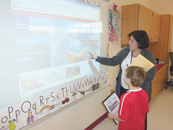 Debbie Wachter/NEWS<br /> Lockley kindergarten teacher Geriane Motto introduces her student, Julian Schuster, to a Smartboard.