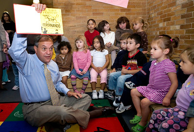 The Mayor reads aloud to preschoolers at Nathan Hale, Thursday September 20, 2007.