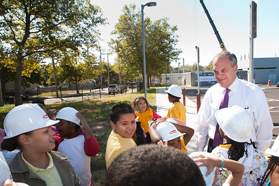 The Mayor chats with students from Roberto Clemente during the installation of the school's new fuel cell.