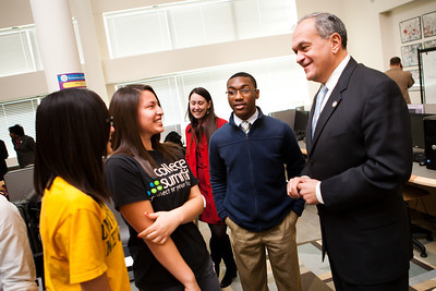 New Haven Mayor John DeStefano speaks with students at MBA.