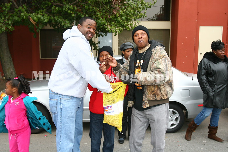 Rev Kevin Crumpton, Kevin Crumpton Jr, Nelson Kimble with a huge bag of peanuts