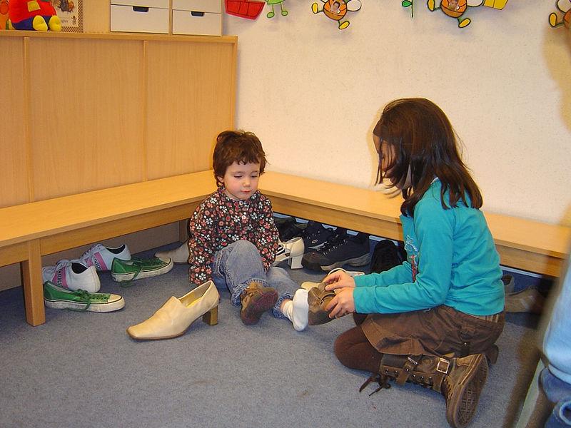 Onze allerkleinste kleuters hebben iets meer zorg nodig dan de grotere.<br /> Maar dat vindt Sien helemaal niet erg. Ze helpt graag om de schoenen terug aan te doen na het spelen.