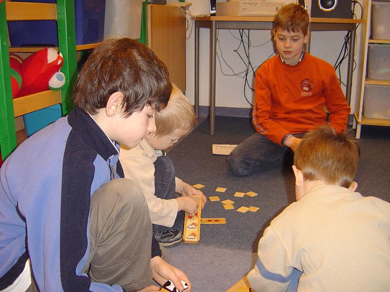 Massimo en Mikail helpen de kleuters tijdens het puzzelen.