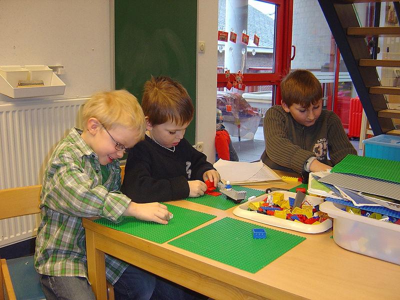 Brent helpt zijn broer en Corneel tijdens het spelen met de blokken.