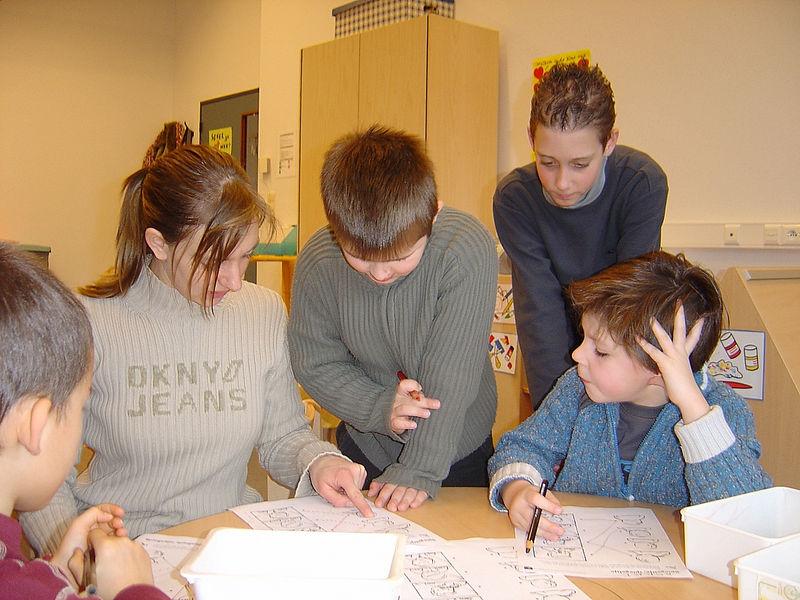 Juffrouw Carolien helpt de leerlingen met een moet- opdracht.<br /> Laurens houdt alles goed in de gaten.