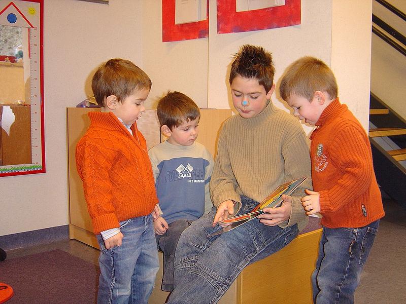 Vol interesse kwamen deze jongens luisteren naar het verhaal dat 'meester' Kevin aan het vertellen was.