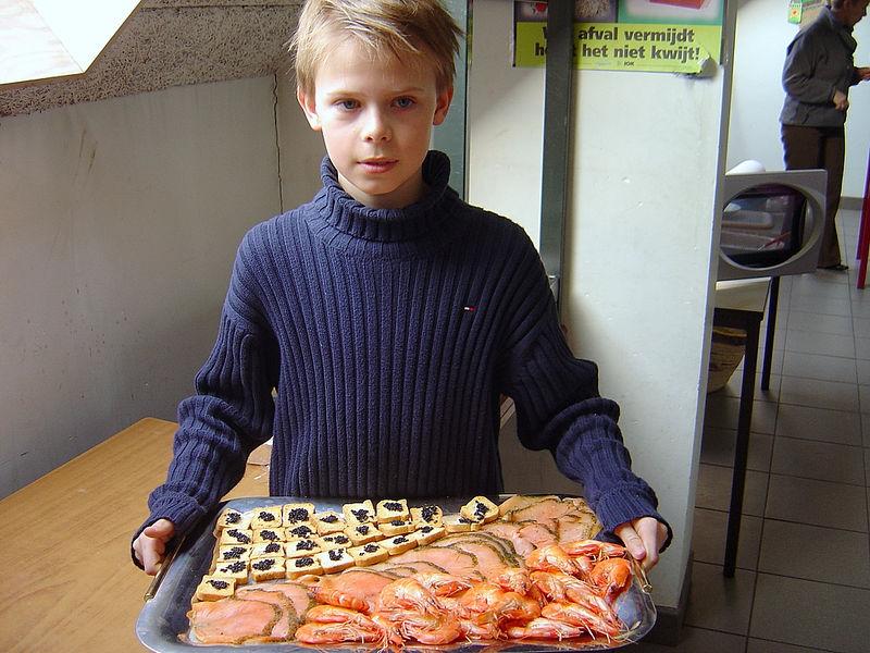 Laurens was fier op zijn Noorse visschotel : toast met kaviaar, gerookte Noorse zalm en rivierkreeftjes.
