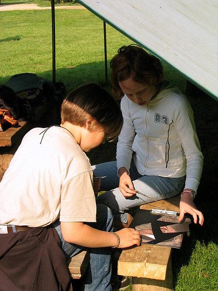 Maurane en Jana zijn heel geconcentreerd aan het puzzelen.