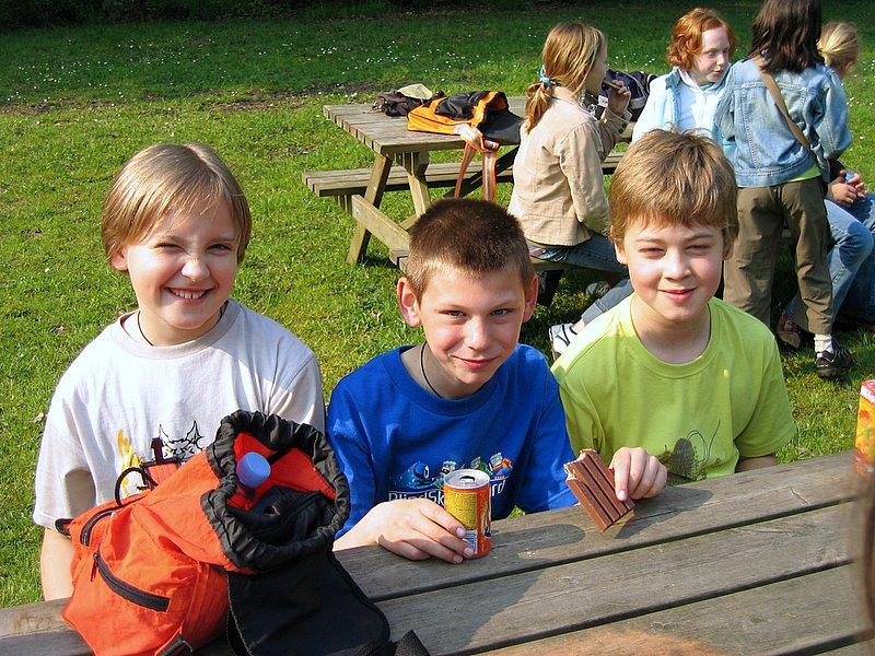 De drie musketiers genieten van een welverdiend hapje en drankje.