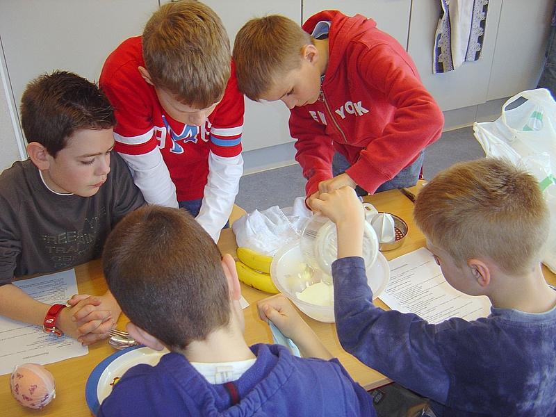 De heren van het vierde bereidden een bananenroom met platte kaas, room, suiker, sinaasappel en banaan. Vraag hen maar eens naar het resultaat !
