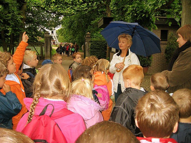 Voor de middag kreeg iedere klas onder leiding van een gids een aangepaste rondleiding.