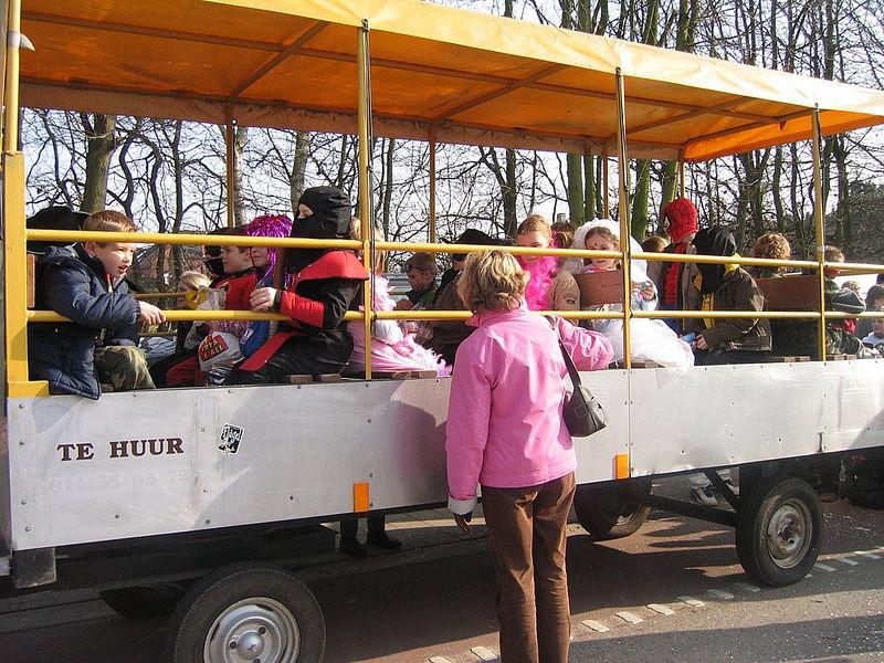 Dit jaar mocht het eerste leerjaar mee op de wagen.