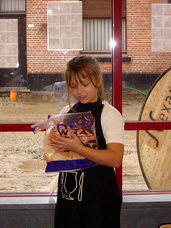 Charlotte leest wat er allemaal met onze tortilla's moet gebeuren.