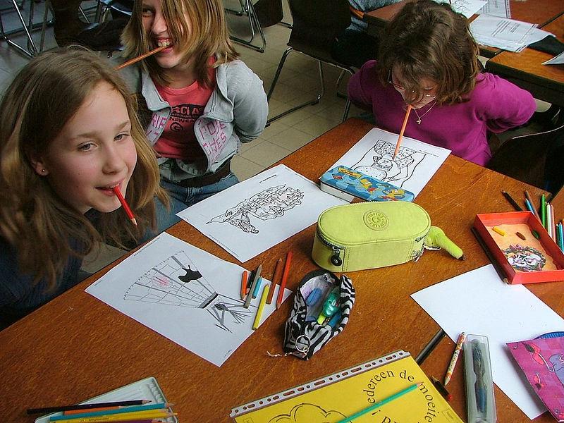 Kleuren van een multiculturele tekeningen zijn toch makkelijker, mooier en sneller te maken met je handen.
