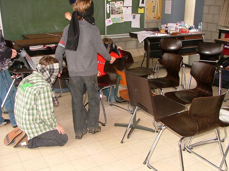 Blinden moesten 15 stoelen plaatsen op een vierkant van 2 m op 2 m. Zoek het maar uit.