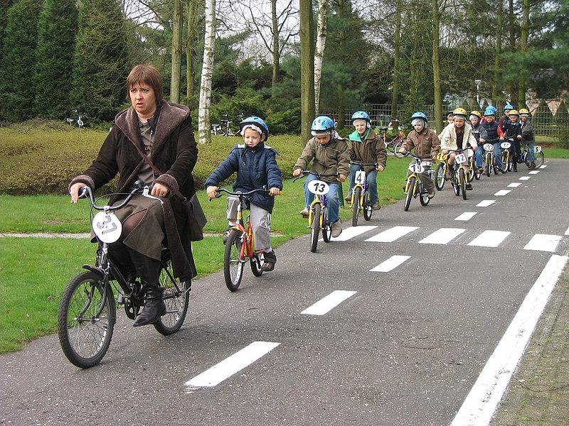 Het eerste leerjaar oefende in groepjes de fietsvaardigheden, die ze de vorige keer geleerd hadden, opnieuw in.