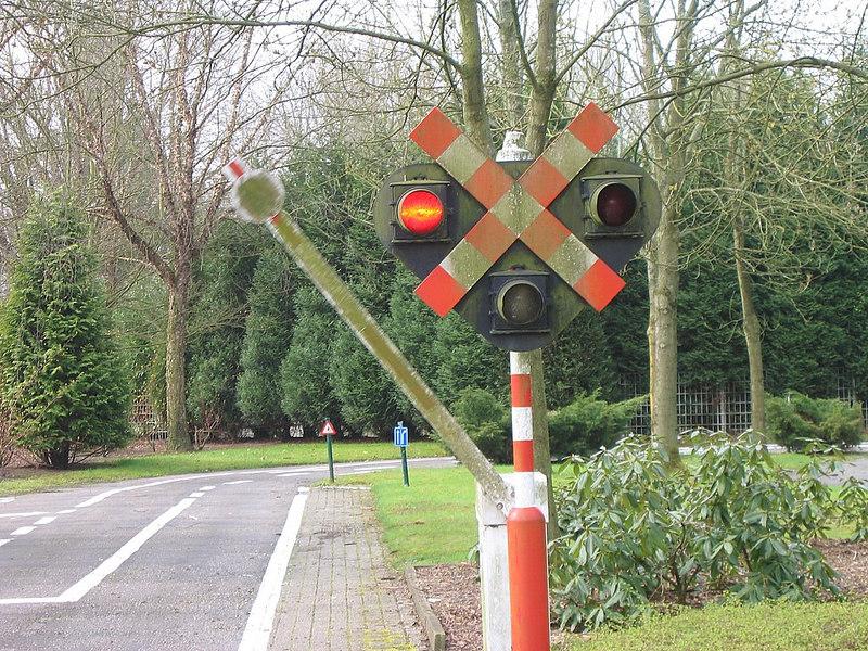 Vertragen in de buurt van een overweg.<br /> En stoppen als het licht op rood springt en als de slagbomen naar beneden komen.