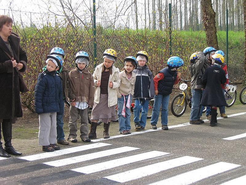 Op bepaalde plaatsen in het verkeerspark werd afgestapt om het veilig en correct oversteken als voetganger te oefenen.