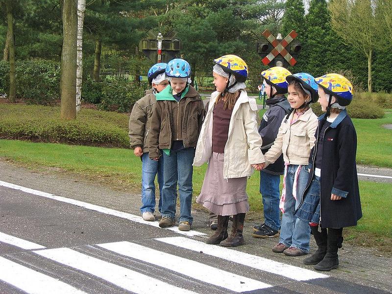 Wachten aan de rand voor je oversteekt. <br /> Links en rechts kijken of er geen verkeer aankomt.