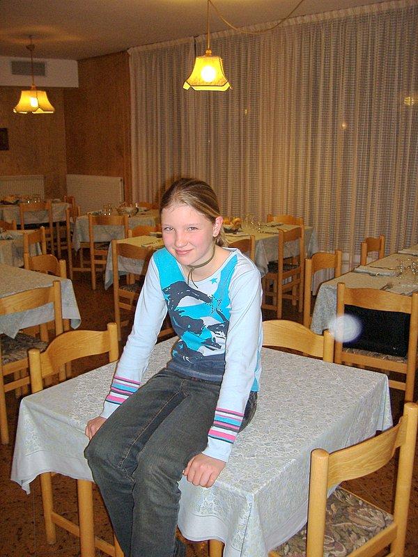 Niet op tafel zitten Lotte!