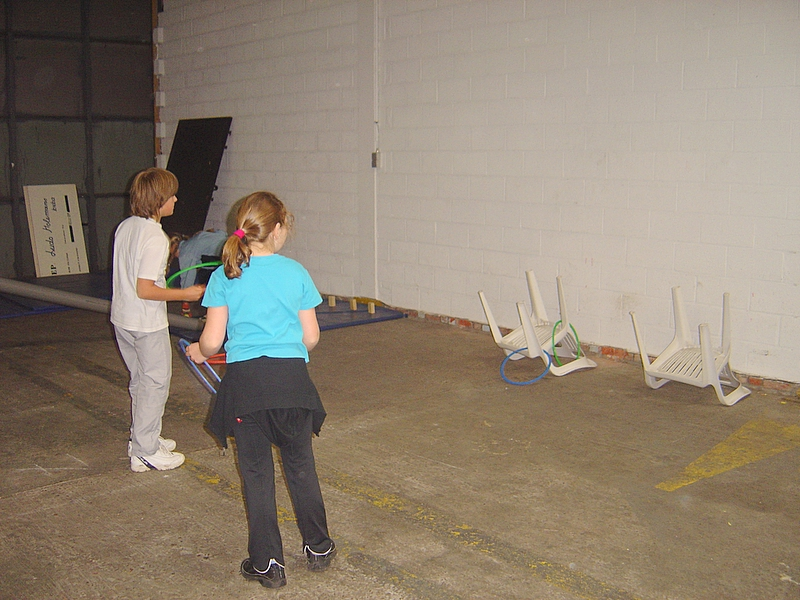 Voorbereiding op het schoolfeest.<br /> Ellen en Tom zijn echte cowboys.