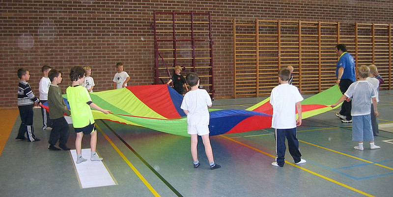 Spelen met een reuzegrote parachute.