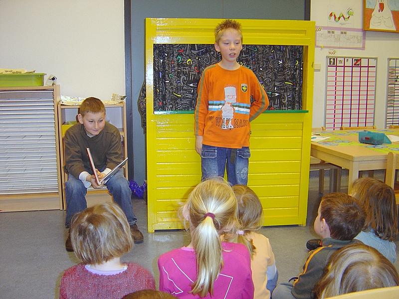 De leerlingen voerden bij juf Ellen een echt poppenkastverhaal op over dinosaurussen.