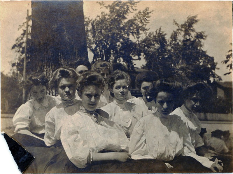 Girls Seated in Front of a Tree (07219)