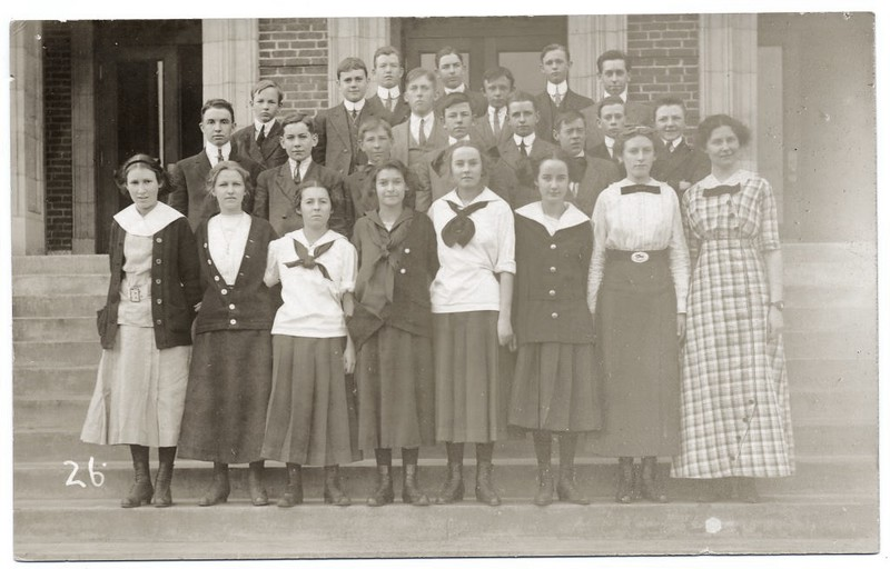 Students on the Steps of Lynchburg High School  (07191)