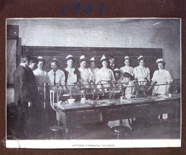 1907 Lynchburg High School Senior Cooking School  (09585)
