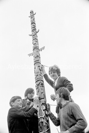Totem pole at Quarrendon School, Apr 1972