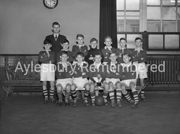 Queens Park Junior School football team, Apr 1952