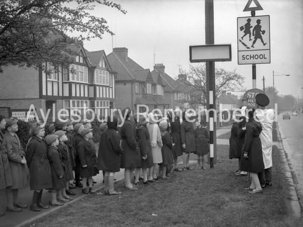 Schoolchildren waiting to cross Tring Road, Mar 1961