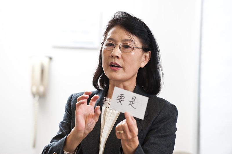 Professor Xu Wang teaches a language course, Elementary Chinese, at Enterprise Hall at Mason's Fairfax Campus.  Photo by Alexis Glenn/Creative Services/George Mason University