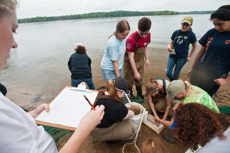 110922530 - Smithsonian-Mason Semester for Conservation Studies program students sort and record fish collected in a fish trawl as they participate in a watershed conservation and management field trip to Gunston Cove at Pohick Bay Regional Park in Virginia. Photo by Alexis Glenn/Creative Services/George Mason University