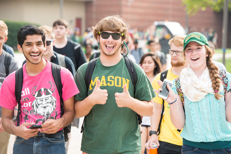 Students of the Honors College Living-Learning Community attend Welcome Week events at the Fairfax Campus.  Photo by:  Ron Aira/Creative Services/George Mason University