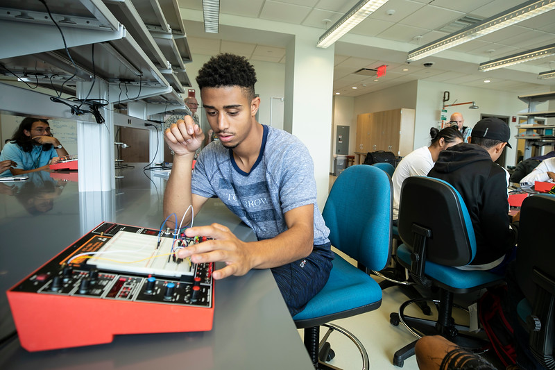 The STEM Boot Camp is open to all incoming freshmen and offers students two available tracks in biology/chemistry and math/physical sciences/engineering.  Photo by:  Ron Aira/Creative Services/George Mason University