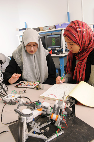 (L-R) Salma Mahmoud and Sidra Khan in Bioengineering lab. Photo by Evan Cantwell/Creative Services/George Mason University