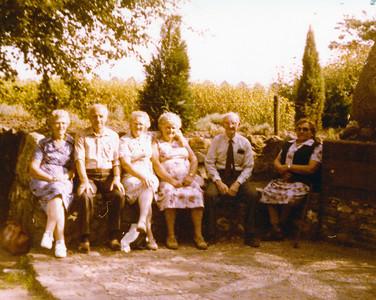 Bejaardenreisje Wezuperbrug, 1981.  V.l.n.r. Henderika Tijmes-Hofman (1918-1989), Tinus Stevens  Coll. D. de Groot-Tijmes.