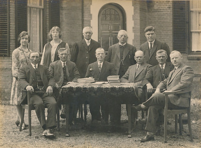 Leerkrachten en schoolbestuur, foto ca 1935