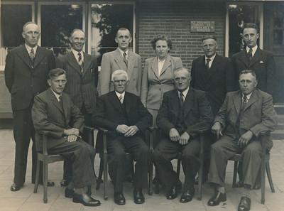 Leerkrachten en schoolbestuur, ca 1945