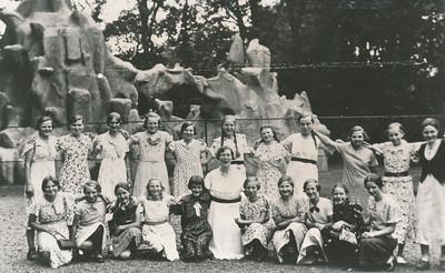 Kleine meisjesvereniging Concordia, reisje naar de dierentuin te Emmen, ca. 1935