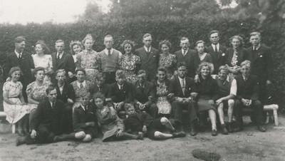 Meisjesvereniging Bidt en Werkt en Jongelingenvereniging Vreest God en houdt zijne geboden, reisje naar Paterswolde, 23 juli 1942.