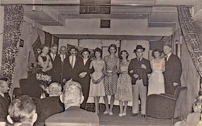 Jongens en meisjes vereniging van de Hervormde Kerk na een toneeluitvoering in Klijndijk. Het zal midden jaren 50 geweest zijn.