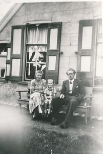 Eeuwe Boelens en gezin voor de woning van zijn vader Alle Boelens.