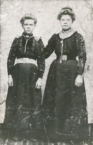 Anna Bos (1899-1935) en haar zuster Harmina Bos (1895-), foto ca. 1912.